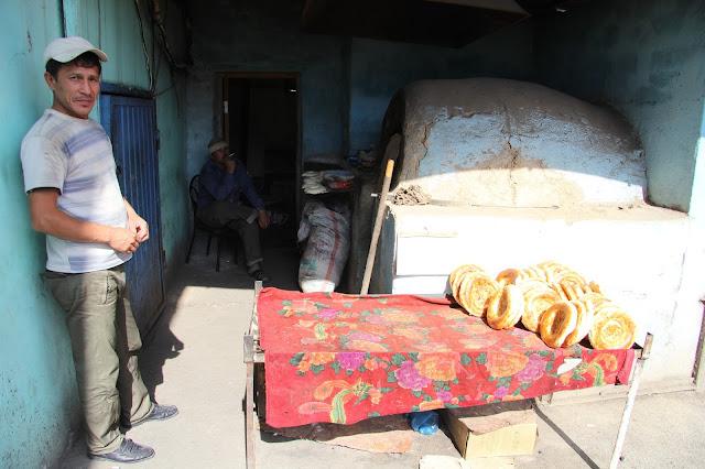 Kirghizistan, Och, boulanger, pain, © L. Gigout, 2012