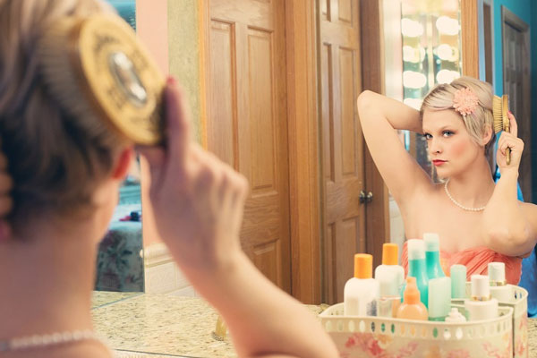 esposa se arrumando na frente do espelho