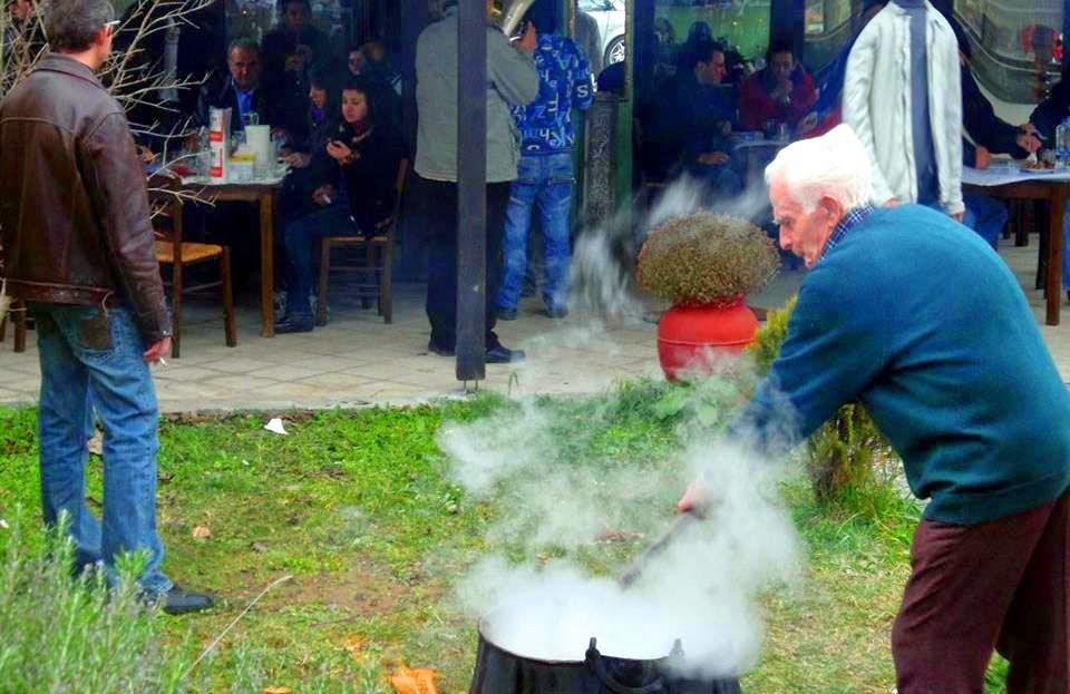 «Τσιπουράδικο του Θωμά»: Κόλιαντα με τσιγαρίδες, τσίπουρο και κρασί εντελώς δωρεάν