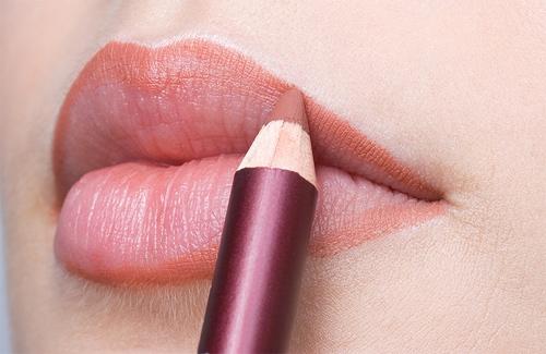 Làm mỏng môi không cần phẫu thuật bằng phấn nền