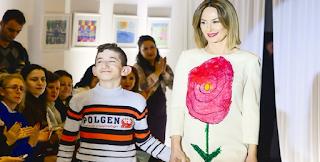 Ζήτησαν από ένα κωφάλαλο παιδί να ζωγραφίσει το Φόρεμά της. Όταν η κάμερα πάει προς τα κάτω, θα μείνετε Άφωνοι!