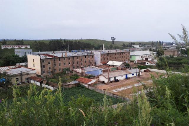 Nhiều tòa chung cư trông đã xuống cấp và cần được sửa chữa.
