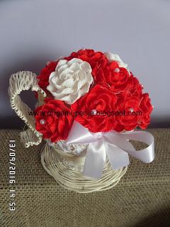 Ozdobna filiżanka z rattanu z kwiatami z krepy włoskiej - rękodzieło.