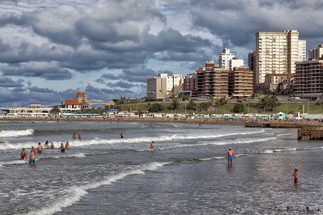 Nene en la playa llamando a su papá en Mar del Plata