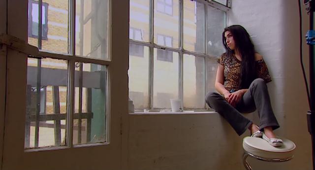 AMY, un documental sobre la vida y esencia artística de la cantante AMY WINEHOUSE, ✅ su actuación en vivo, el papel de los medios en y la industria alrededor de su asenso. ✅