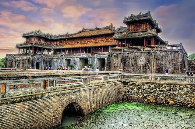 Cố đô Huế, nơi lưu giữ những bằng chứng về triều đại phong kiến cuối cùng của Việt Nam, đến đây chắc chắn du khách sẽ nghĩ ngay đến các cung điện, đền đài mang hơi thở cổ xưa một thời vua chúa huy hoàng.