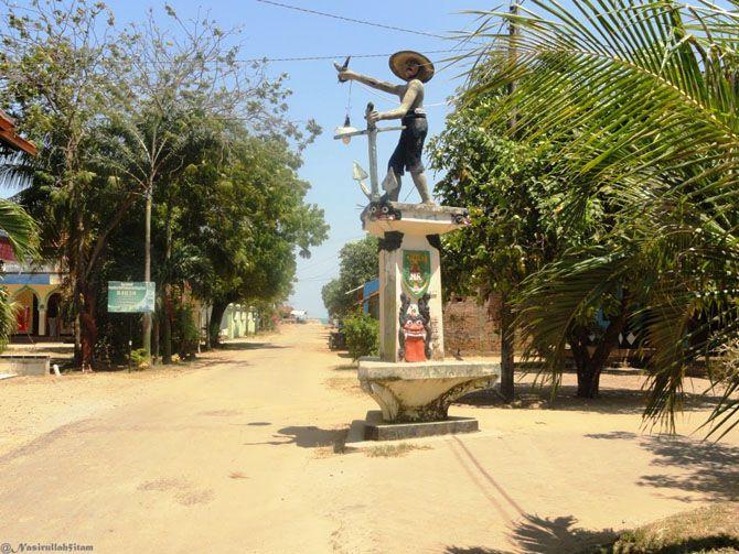 Patung di kawasan Pantai Ombak Mati Bondo