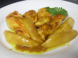 Plato con tiras de pechuga de pollo con miel, salsa de cury y tiras de mango asados