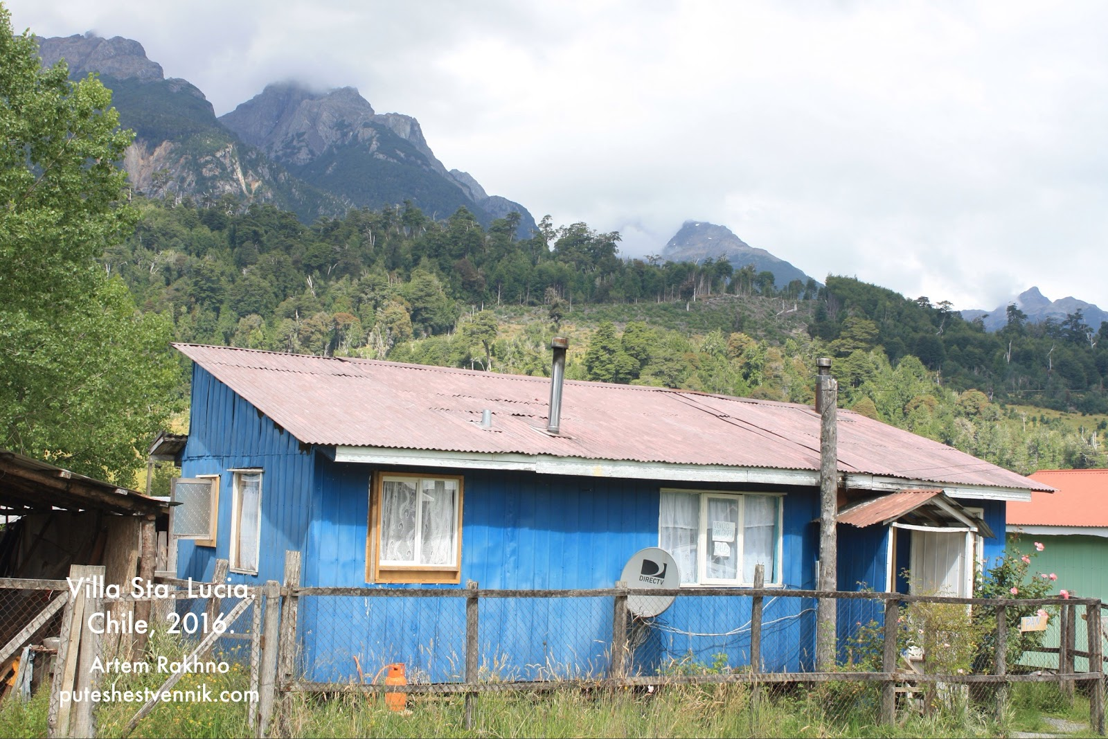 Синий дом в деревне Санта-Люсия