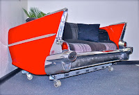 sillon rojo hecho con parte de un auto