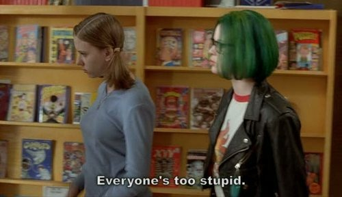"""Cena de Ghost World. Citação: """"Everyone's too stupid"""""""