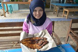 ikan bakar enak istimewa dan murah di warung pertiwi pantai ungapan