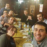El Señor Marco Marsala explicando en una cena a sus amigos, entre risas, como usar el comando rm -rf