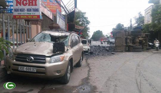 Hiện trường vụ tai nạn. Tai nạn khiến xe Toyota đậu bên đường hư hỏng