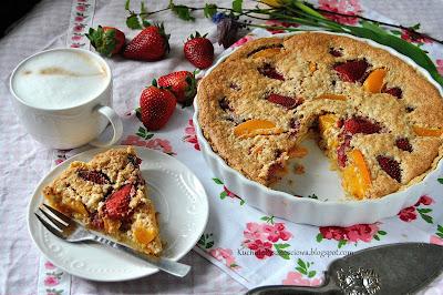410. Tarta migdałowa z truskawkami i brzoskwiniami