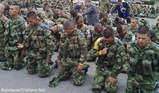 Soldados colombianos orando
