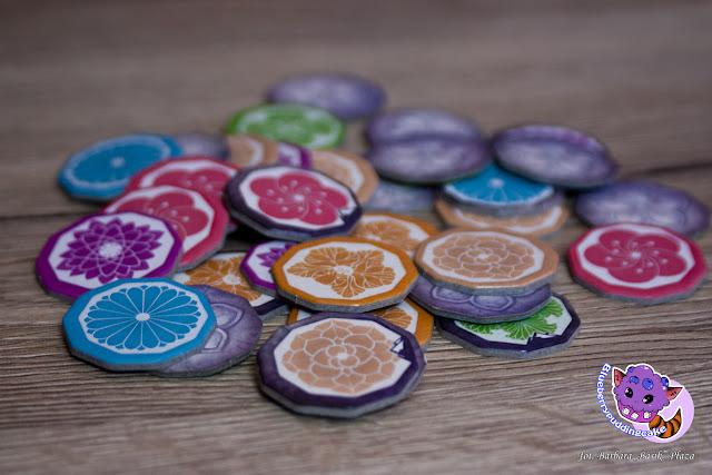Kolorowe żetony kultury w grze Yamatai, zbiera się po to aby kupić specjalistów.
