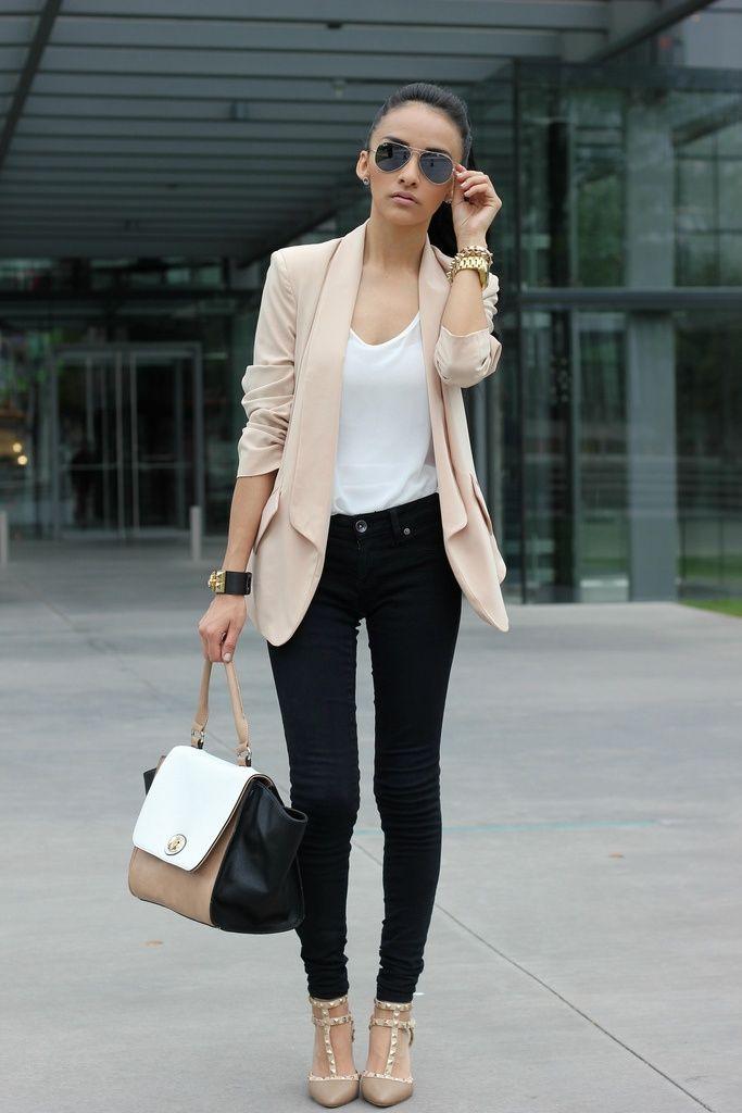 Los colores y el outfit son perfectos, puedes encontrar pantalones de tela  más formal con el mismo corte (yo no le veo problema que sean mezclilla  negra