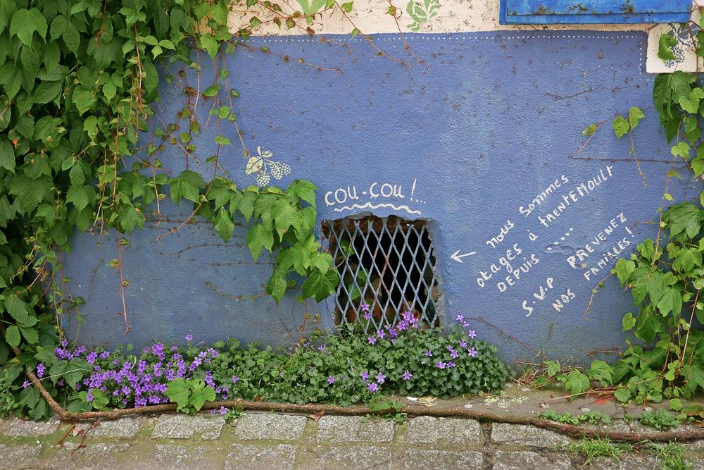 """message rigolo auprès d'un soupirail dans le village de pêcheurs de Trentemoult. Des poules en céramique disent """"Coucou, nous sommes otages à Trentemoult depuis... svp prévenez nos familles !"""""""