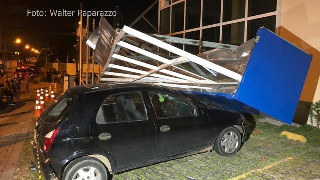 Marquise e parte de fachada de igreja desabam, na noite de sexta 08/02 na Paraíba