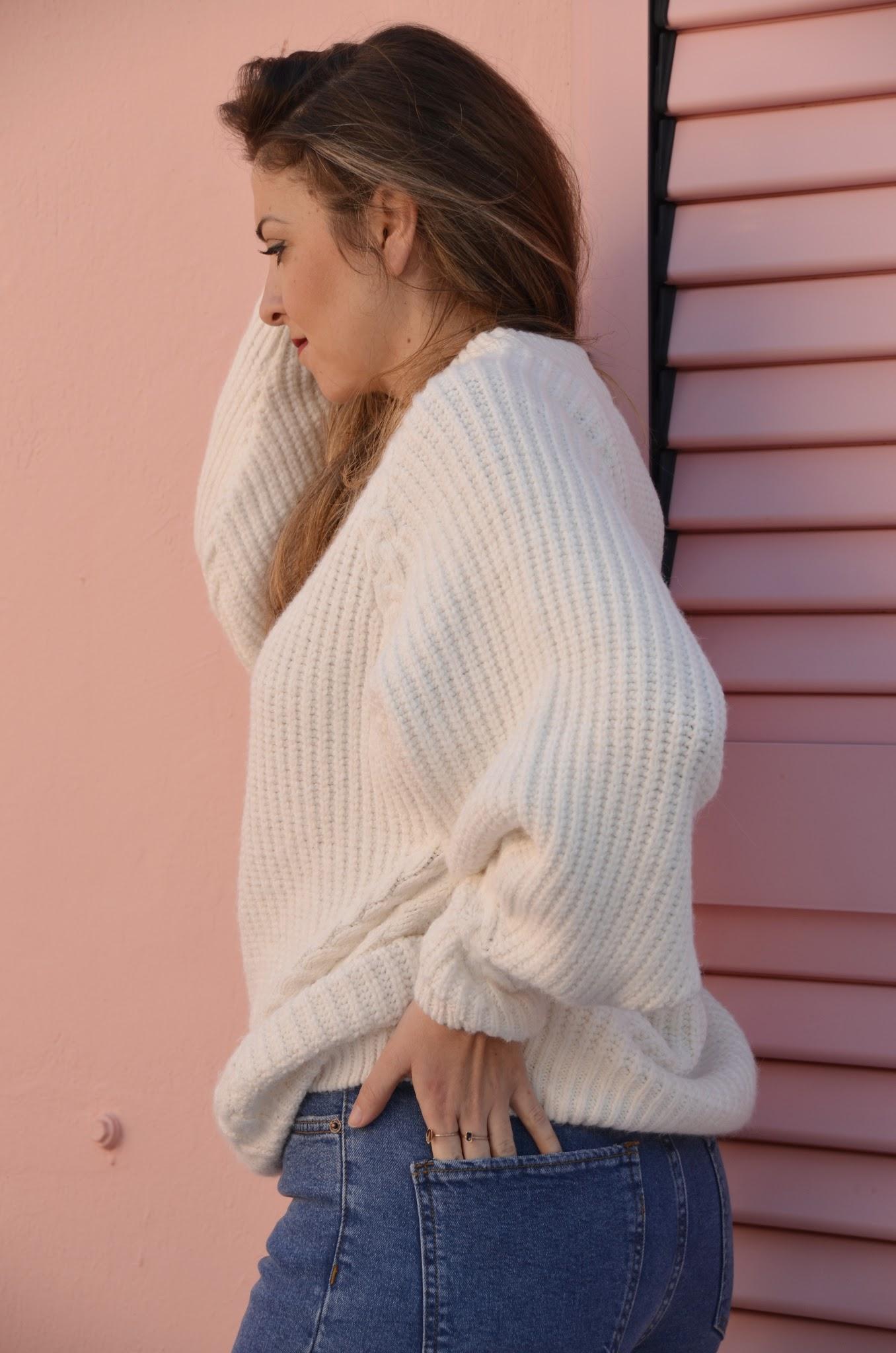 como combinar un jersey oversized en blanco en invierno