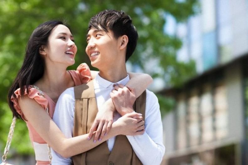 'Người đàn ông yêu bạn sẽ không nỡ để bạn trưởng thành' – Đừng tin những lời ngôn tình ấy