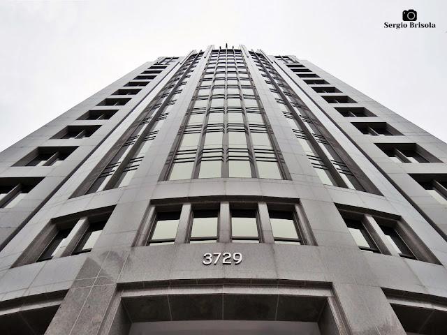 Perspectiva inferior da fachada do Edifício Antônio Alves Ferreira Guedes - Itaim Bibi - São Paulo