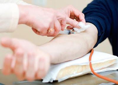 hombre joven dona sangre para búsqueda del elixir de la juventud