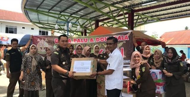 Dimotori Kajari Bone, Keluarga Besar Kejari Bone Serahkan Bantuan Buat Korban Gempa dan Tsunami Sulawesi Tengah