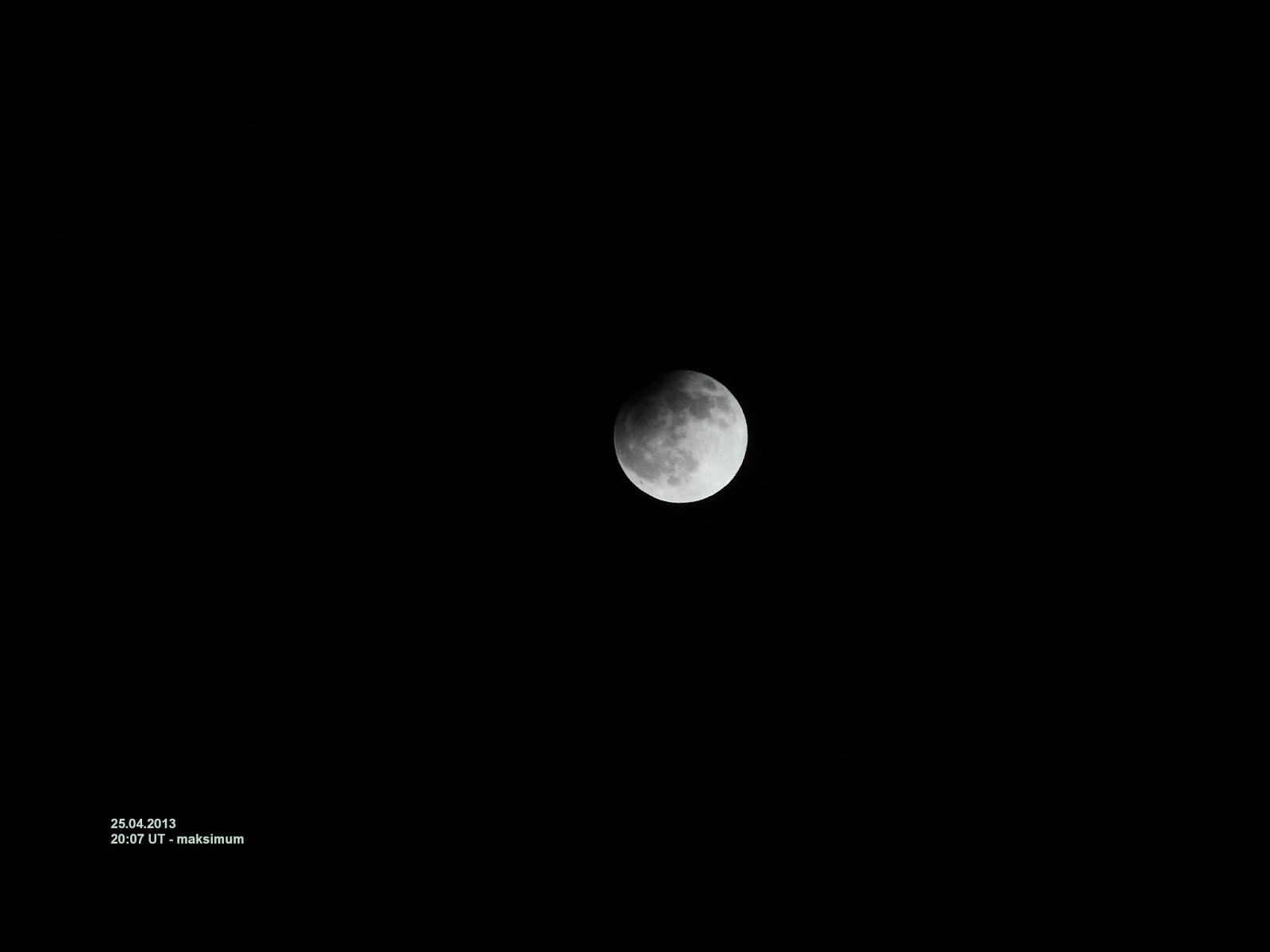 Najprostszy i najtańszy sposób uwiecznienia zaćmienia - aparat kompaktowy. W tym wypadku w trakcie częściowego zaćmienia Księżyca z 25 kwietnia 2013 roku była to wspomniana małpka Sony DSC-H20 ustawiona na 10-krotne powiększenie, odpowiadające 380 mm ogniskowej (tu pełny kadr bez cropa). Taka ogniskowa pozwala już na sfotografowanie tarczy Księżyca na tyle dużej, by wyraźne stały się morza, pasma górskie i największe kratery uderzeniowe, ale w porównaniu do całego kadru wielkość tarczy nie jest porywająca, stąd częsta konieczność stosowania cropa.