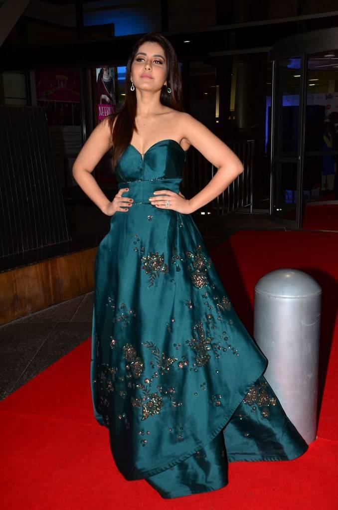 Raashi Khanna At 64th Jio Filmfare Awards 2017 Stills