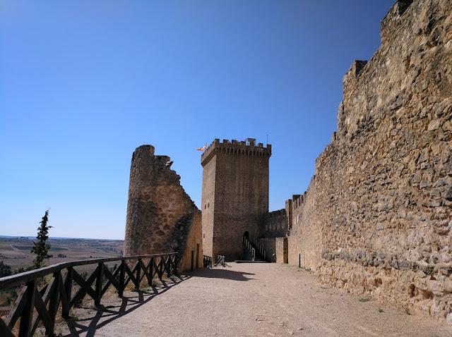 Vista interior del patio del Castillo de Peñaranda de Duero