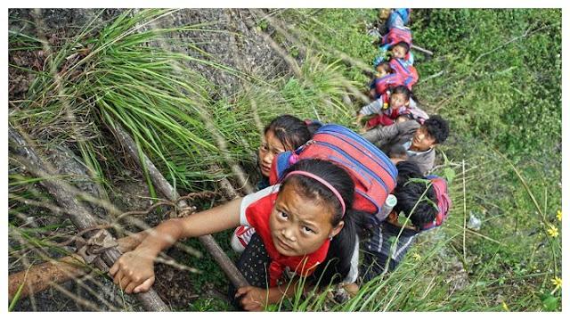 Anak-anak Nekat Panjat Tebing Setinggi 800 Meter Demi Bisa Bersekolah