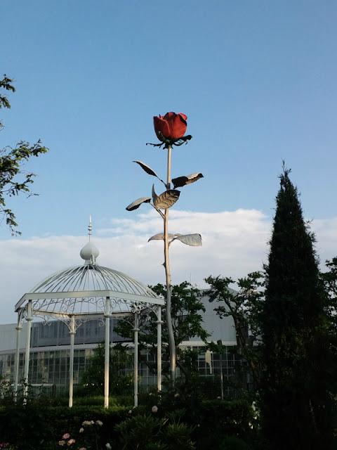 六本木ヒルズにある赤い薔薇の飾りです。