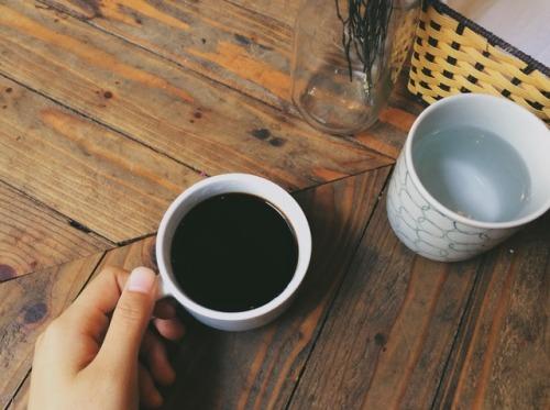 Top 13 câu thơ, những bài thơ hay về ly cafe đắng một mình