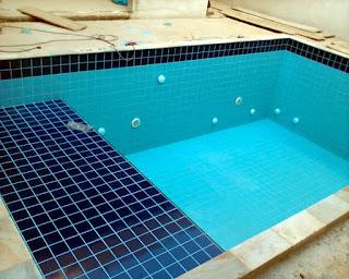 piscina de azulejo revestida em fibra
