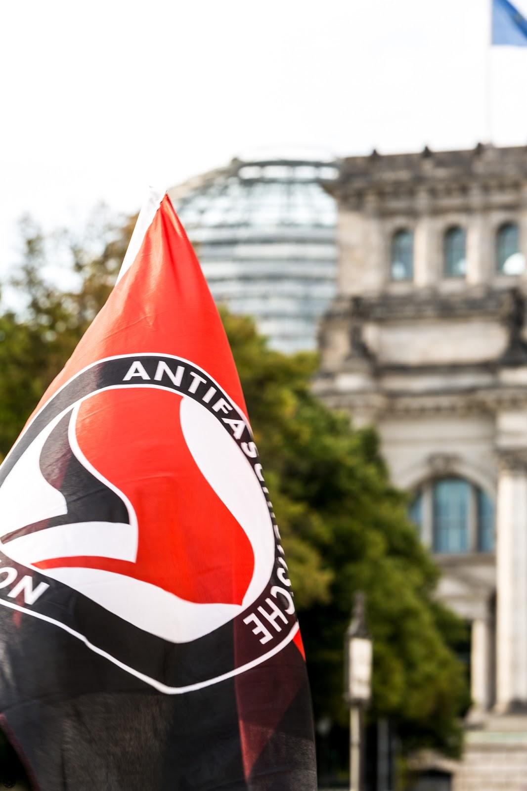 Emblema de Antifaschistische Aktion delante del Parlamento :: Canon EOS5D MkIII | ISO100 | Canon70-200 @144mm | f/6.3 | 1/60s