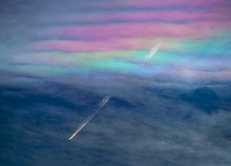 Un fotógrafo captura una avión con estelas de arco iris encima de Japón