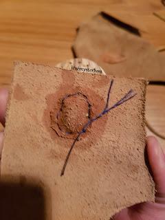 Collier chamanique en olivier, percé et cuir couru main dessus. Une pierre aurait pu être incrustée aussi.