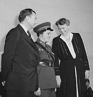 Lyudmila Pavlichenko wearing her uniform standing between Supreme Court Justice Robert Jackson (left) and First Lady Eleanor Roosevelt (right) in 1942
