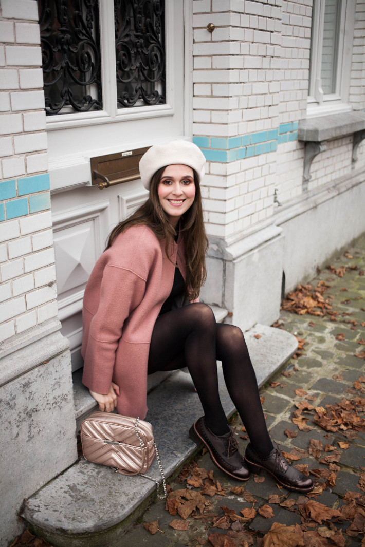 aa1210c5 Outfit: beret, pink cocoon coat and brogues | The Styling Dutchman ...