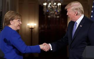 DW: Οι φιλικές χειρονομίες Τραμπ - Μέρκελ δεν γεφύρωσαν τις διαφορές