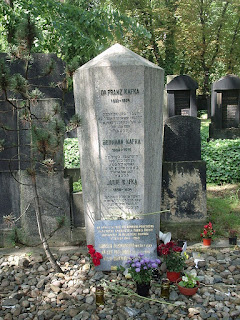 La tumba de Franz Kafka en Praga-Žižkov diseñada por Leopold Ehrmann