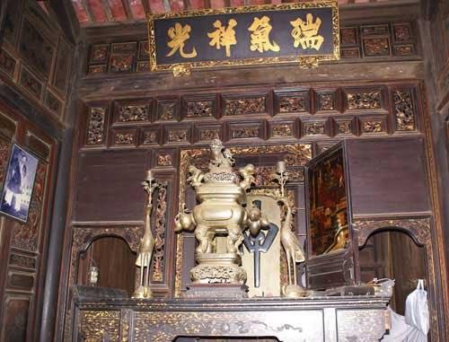 Góc thờ trong phủ thờ dòng họ Cao Triều