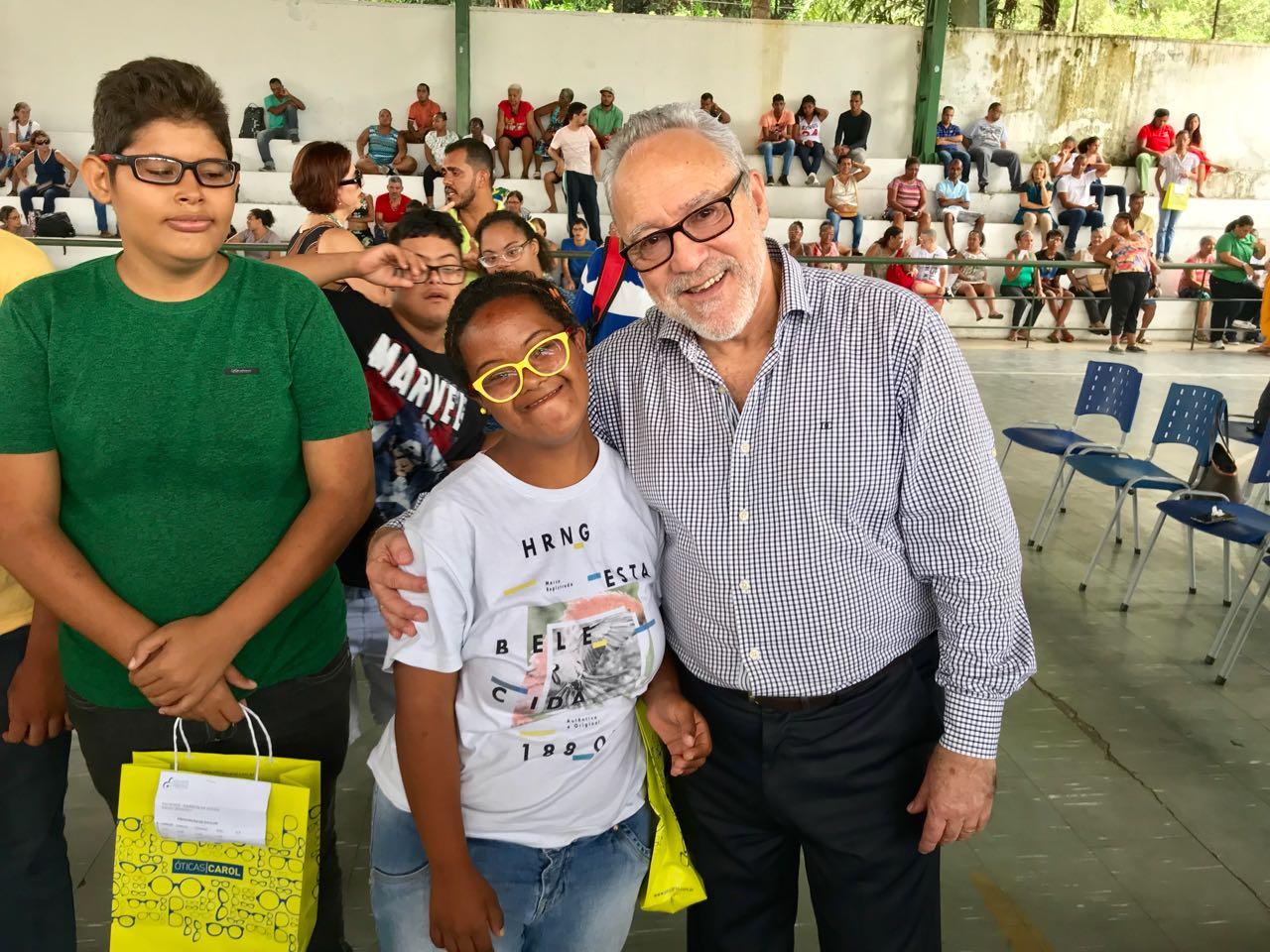 Mais de 100 jovens da APAE receberam hoje (12), os óculos grau doados pelo  projeto  Olhar Solidário  2dd7597958