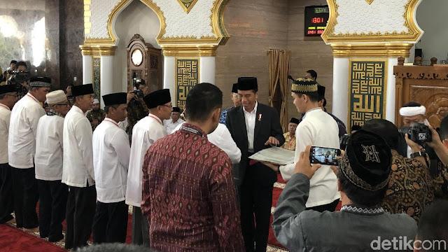Jokowi Shalat Jumat dan Bagi-bagi Sertifikat Wakaf dalam Masjid di Bengkulu