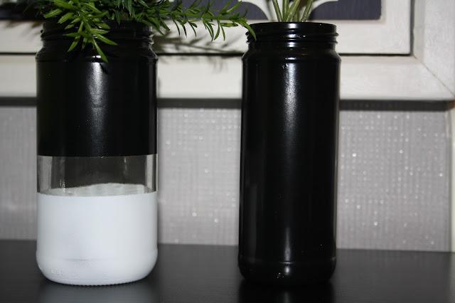vasos preto e brancos