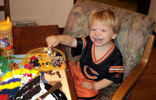 Gambar bayi lucu belepotan kue ulang tahunnya