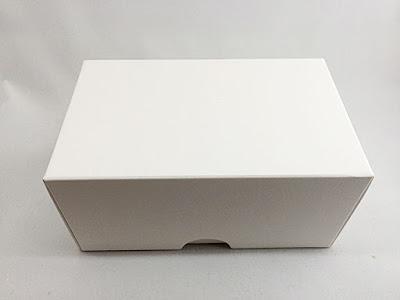 包んでいる紙を取ると無地の箱