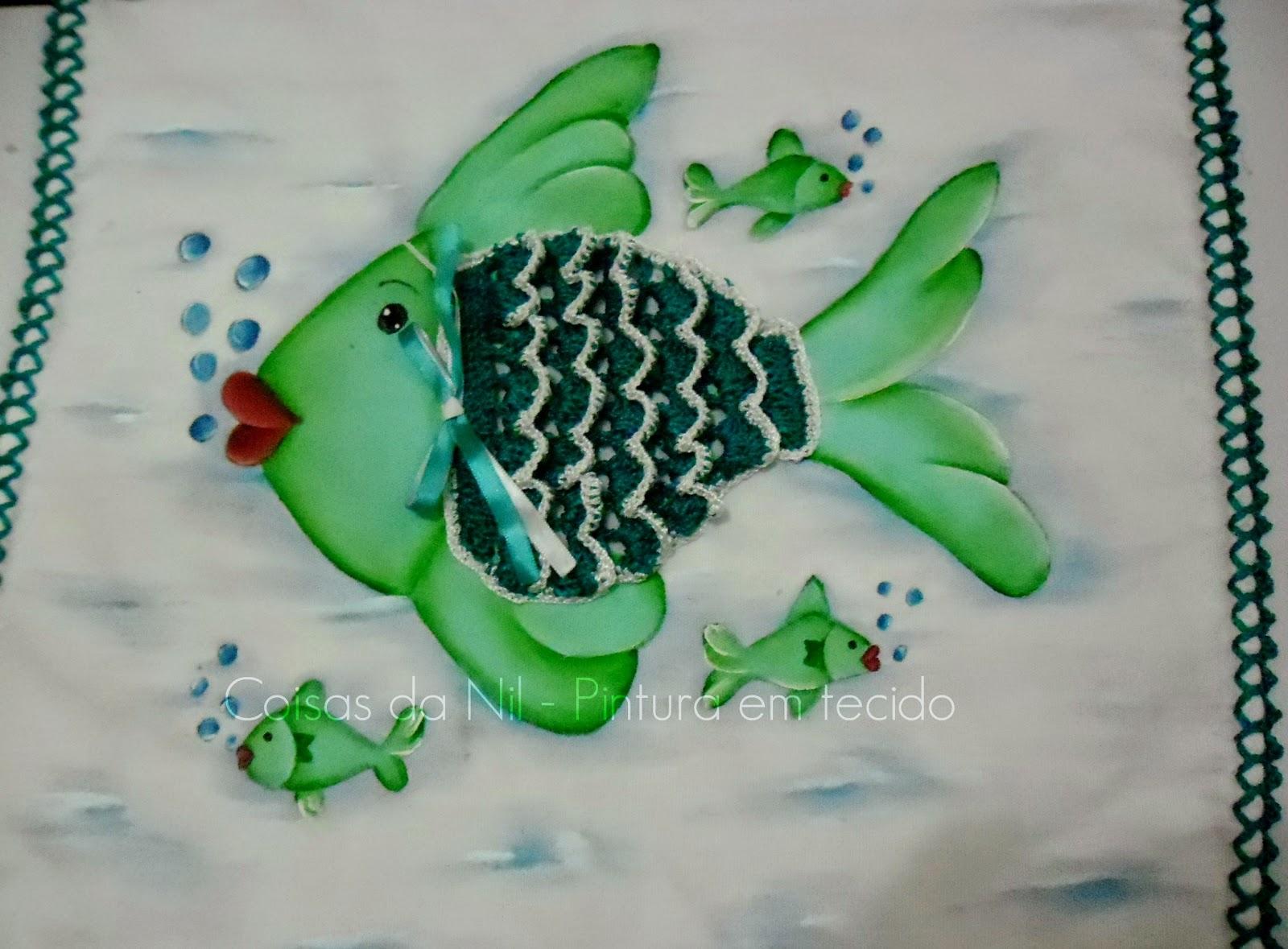 pano de copa com pintura de peixe com o corpo de croche